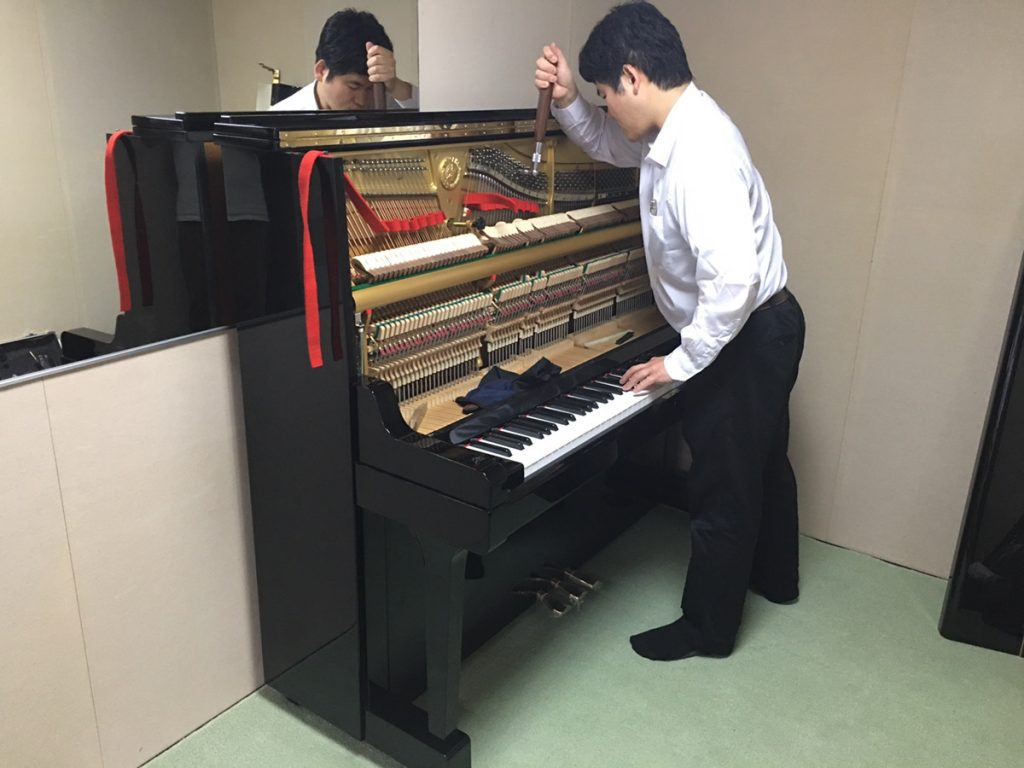 調律中のピアノ