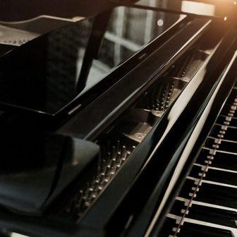 名駅グランドピアノ練習室